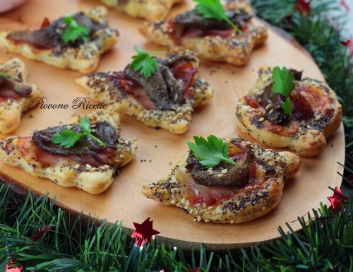 Pizzette di sfoglia con funghi e speck