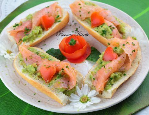 Bruschette al salmone e guacamole