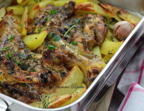 Pollo al forno con patate ed erbe aromatiche