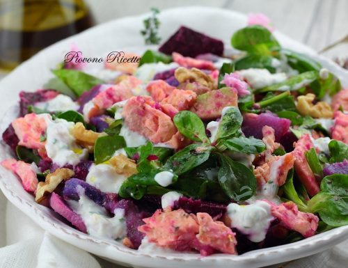 Insalata con salmone, patate viola e salsa allo yogurt