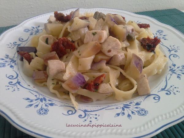 Pasta con spada melanzane e pomodorini secchi