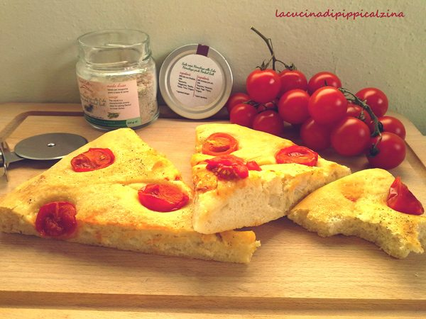 Focaccia al farro con pomodorini pachino e sale rosa