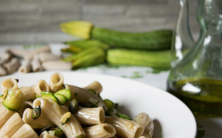 Pasta al farro con semi di zucca e zucchine