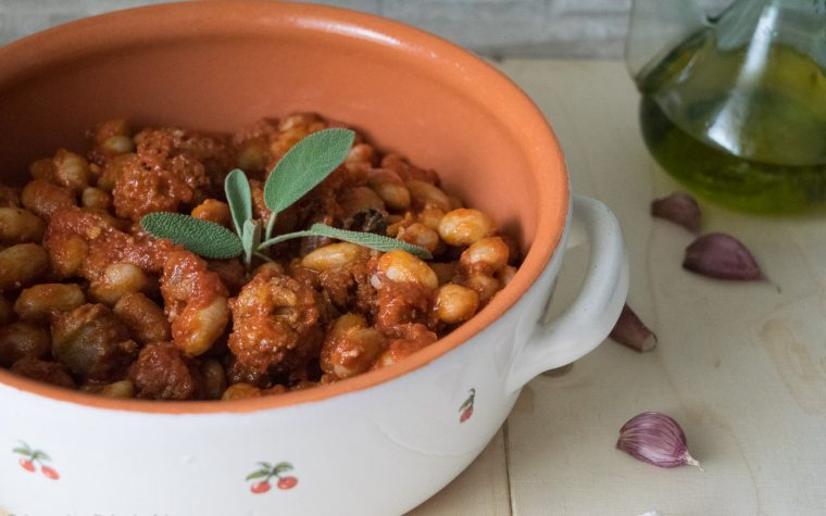 Fagioli all uccelletto con salsicce, ricetta della tradizione