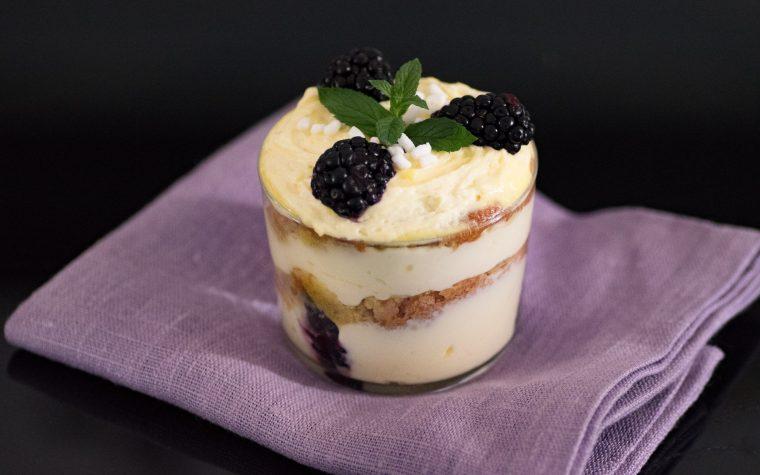 Tiramisu alle more, dessert al bicchiere senza cottura