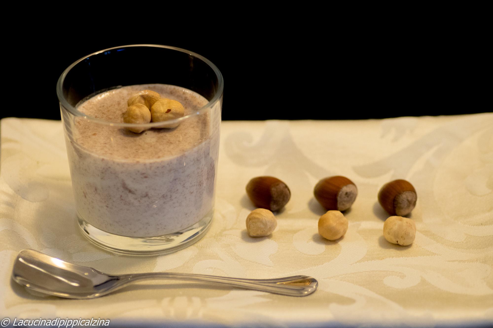 Budino alla panna e nocciole, dessert al cucchiaio