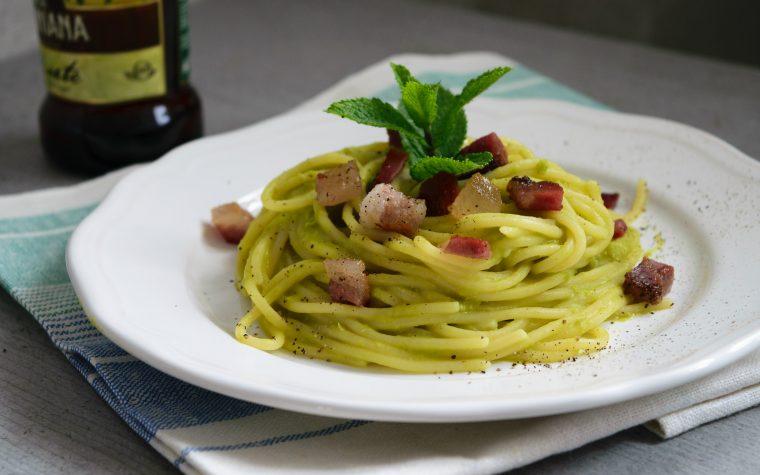 Spaghetti con crema di piselli e pancetta