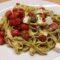 Pasta con pesto, pomodorini e mozzarella