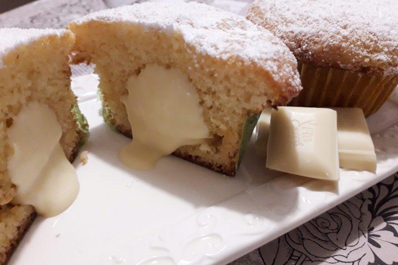Muffins con cuore morbido di cioccolato bianco