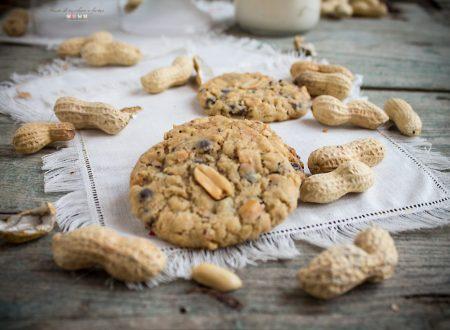 Biscotti con fiocchi d'avena, gocce di cioccolato fondente e arachidi