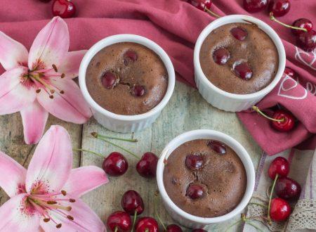 Deliziose coppette di cioccolato e ciliegie