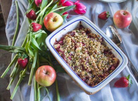 Crumble di mele e fragole con mandorle e pistacchi