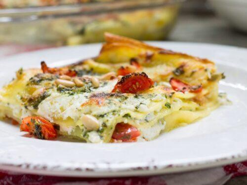 Lasagne con crema di ricotta, pomodorini e pesto di rucola