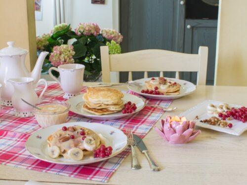 Pancake con banane, noci, ribes rossi e dulce de leche