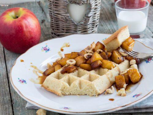 Waffle al forno di quattro quarti alle mele caramellate e nocciole