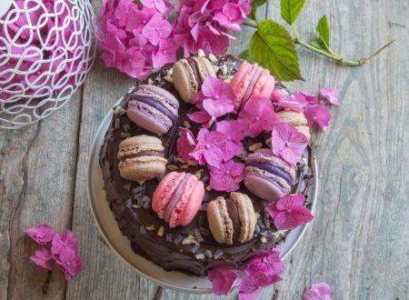 Torta di compleanno al cioccolato con macaron