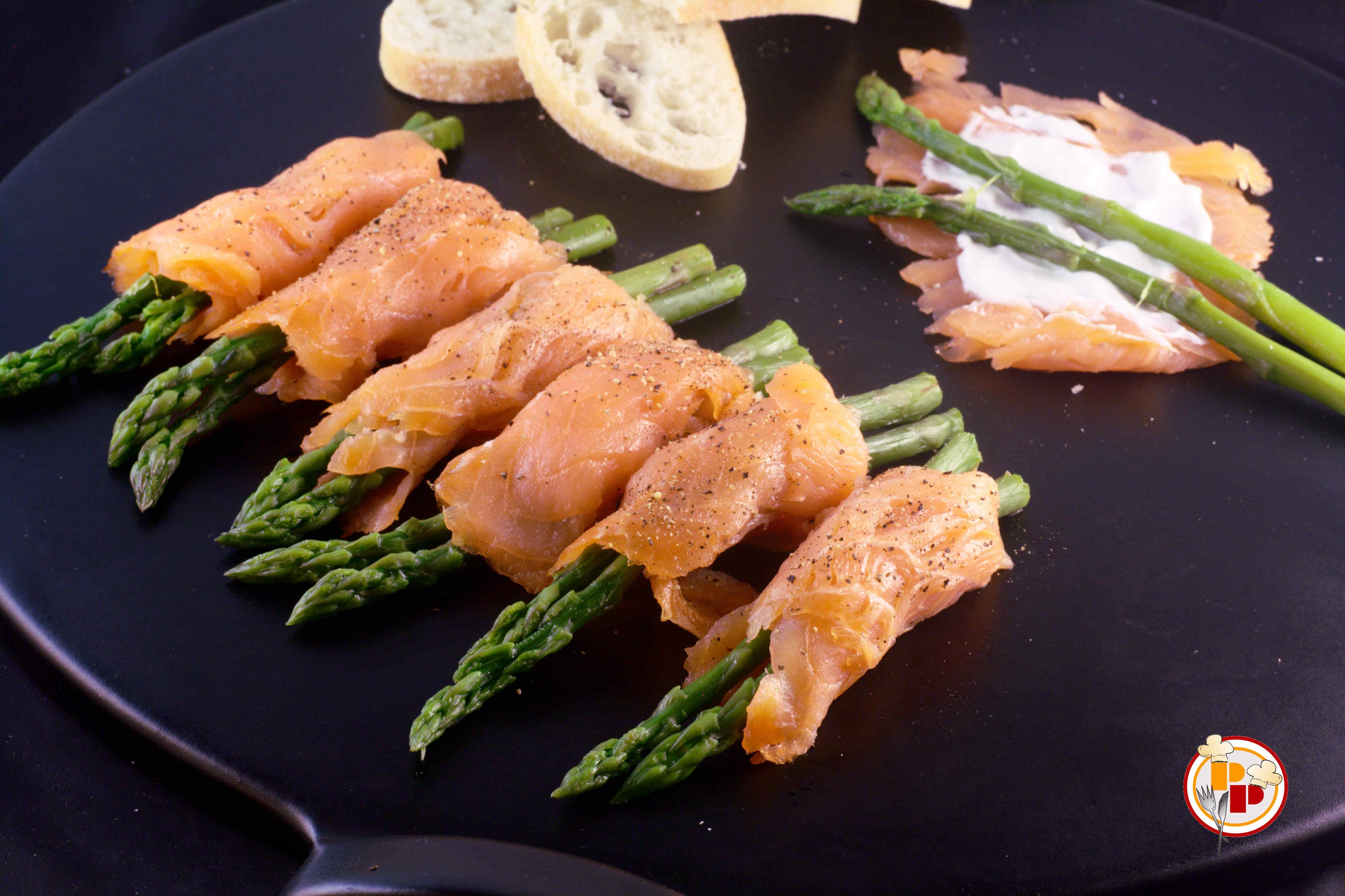 Involtini di salmone affumicato con asparagi
