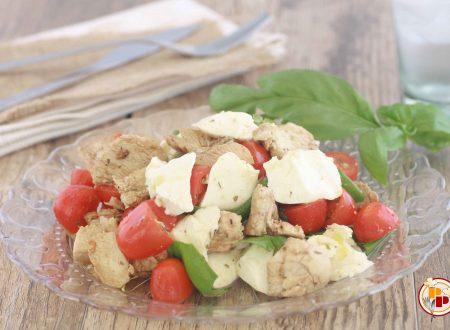 Insalata di Pollo con Pomodoro e Mozzarella