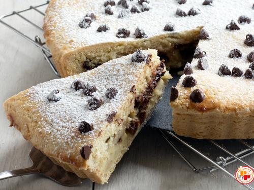 Crostata Ripiena con Crema e Gocce di Cioccolato