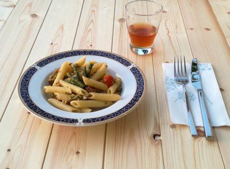 Pennette con asparagi, tonno e pomodorini.
