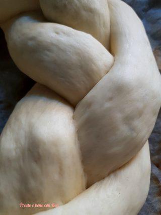 Impasto corona pan brioches ripiena intrecciato