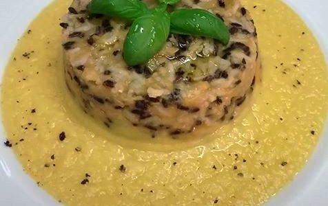 Tortino di riso con lenticchie rosse su una crema di cavolfiore