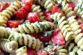 Pasta fredda al pesto di rucola,olive nere e pomodorini