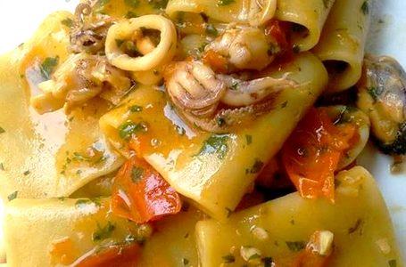 Paccheri al sugo di datterino rosso e giallo con cozze e calamaretti