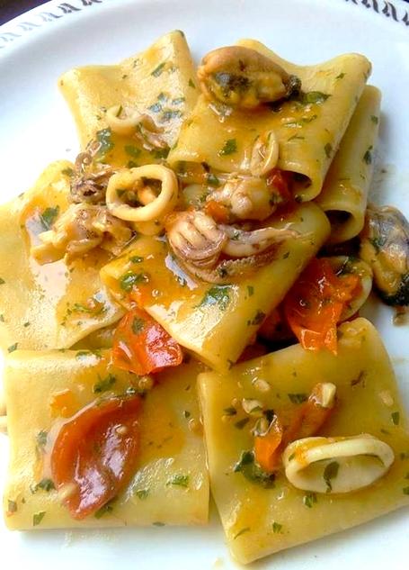 Paccheri al sugo di datterino rosso e giallo con cozze e for Ricette di pesce