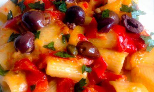 Mezze maniche alla puttanesca con peperoni e salsa tonnata
