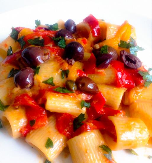 Pasta alla puttanesca con peperoni e salsa tonnata
