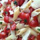 Pennette con pomodorini ciliegini e scaglie di grana