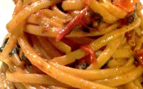 Linguine con pomodorini, pancetta affumicata e olive nere