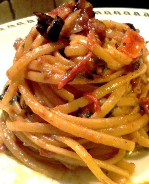 linguine con pomodorini pancetta affumicata olive e peperoncino rosso