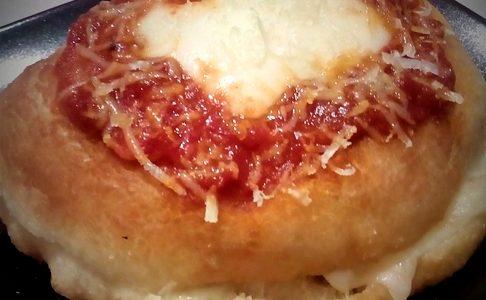 Pizza montanara ripiena con mozzarella,pomodoro,salame e pepe