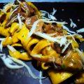 Tagliatelle allo zafferano e prezzemolo con funghi porcini e punte di asparagi mantecate con formaggio di capra al tartufo e scaglie di provolone piccante