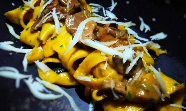 Tagliatelle allo zafferano e prezzemolo con funghi porcini,punte di asparagi mantecate con formaggio di capra al tartufo e scaglie di provolone piccante