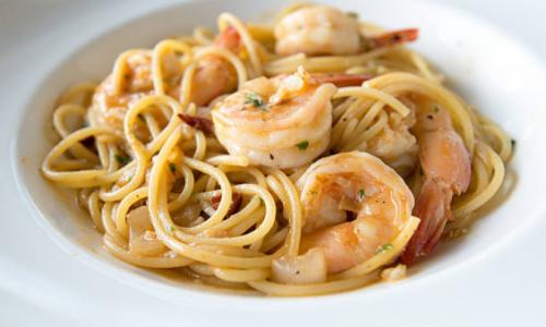 Spaghetti cacio e pepe con gamberi rossi