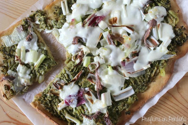 Pizza con broccoli acciughe cipolle e mozzarella