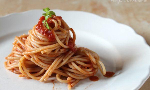 Spaghetti al sugo di Pomodoro e Acciughe