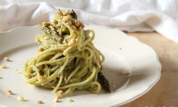Spaghetti in Crema di Asparagi e Granella di Noci