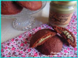 biscotti al cacao con cuore al pistacchio
