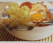 Uova al sugo con patate bollite
