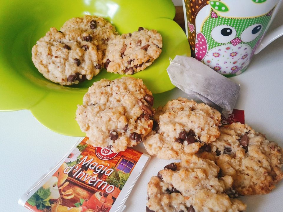 cookies alle nocciole e gocce di cioccolato