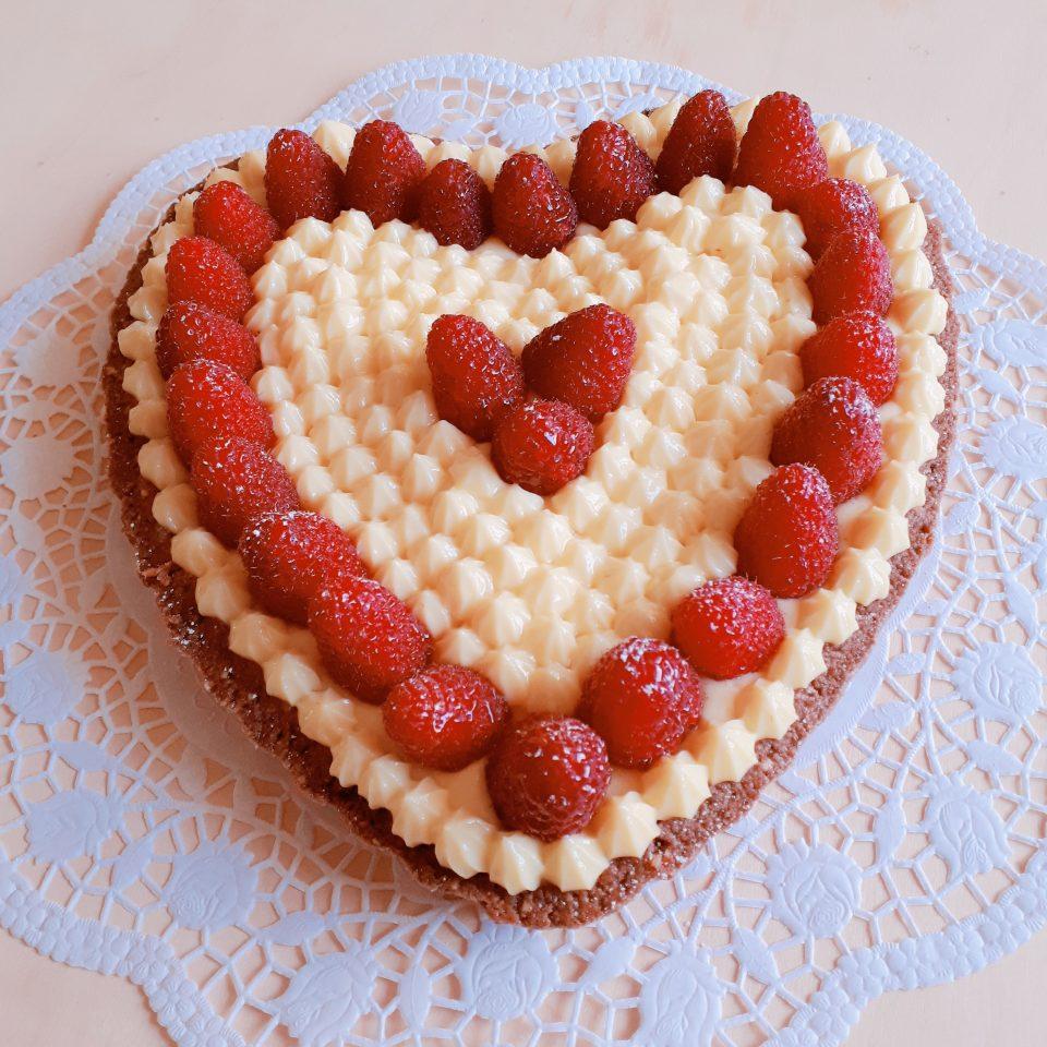 dolce cuore ai lamponi e cioccolato bianco