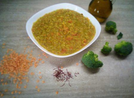 Minestra di verdure fresche con broccoli e lenticchie rosse