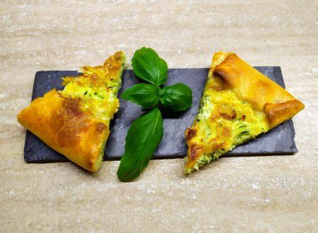 Torta brisè con zucchine, uovo e mozzarella.