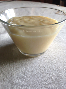 Crema pasticcera con un uovo