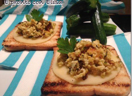 Toast croccante con uova strapazzate di zucchine