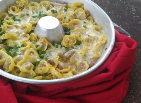 Tortellini al forno con funghi, piselli e crema di parmigiano.